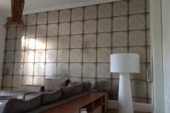 Wohnzimmerwand mit Metallischer Tapete